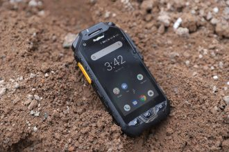 "Ruggear RG725 - pancerny smartfon z ekranem 4"" i funkcjami PTT"