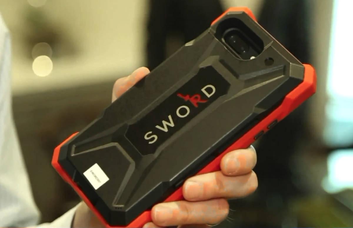 SWORD - etui, które nie tylko chroni smartfon, ale i właściciela. Wykrywa pistolety, noże…